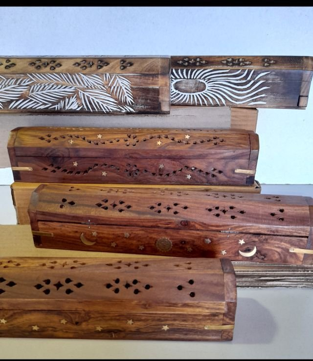 Wooden Hut w/lid, brass inlay